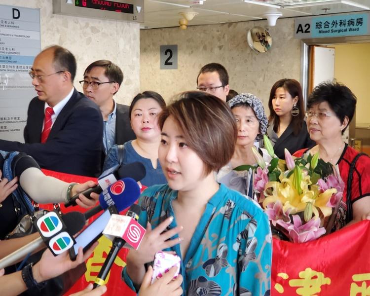 香港天津聯誼會,30多人帶同生果籃到醫院探望留院的環時記者。梁國峰攝