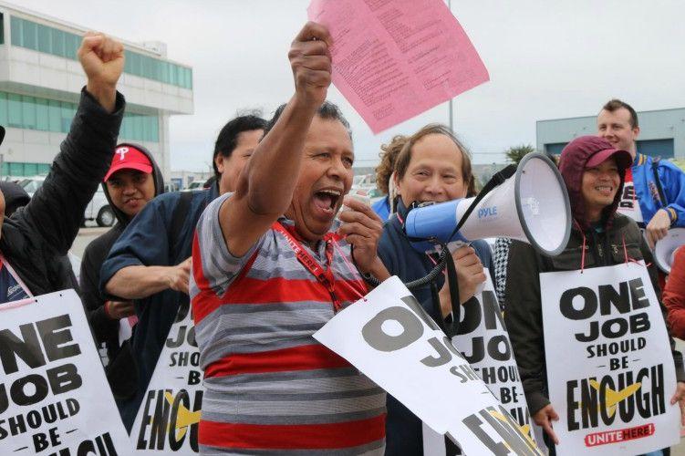 航空公司餐飲員工為要求加薪及改善待遇,在德州沃思堡市的多家航空公司的總部外面參加示威集會。