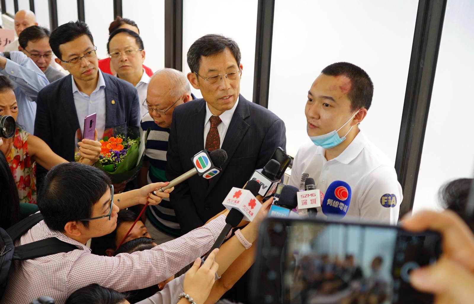 香港新聞工作者聯會主席姜在忠和港區全國人大代表吳秋北,到瑪嘉烈醫院慰問付國豪。新聞聯王鑌攝。