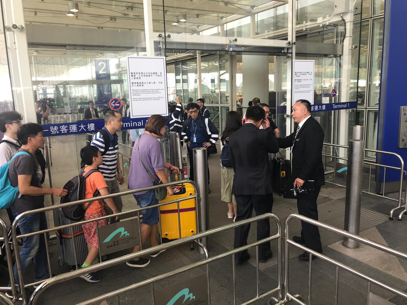 【機場集會】機管局貼禁制令 機場客運大樓實施進出管制安排