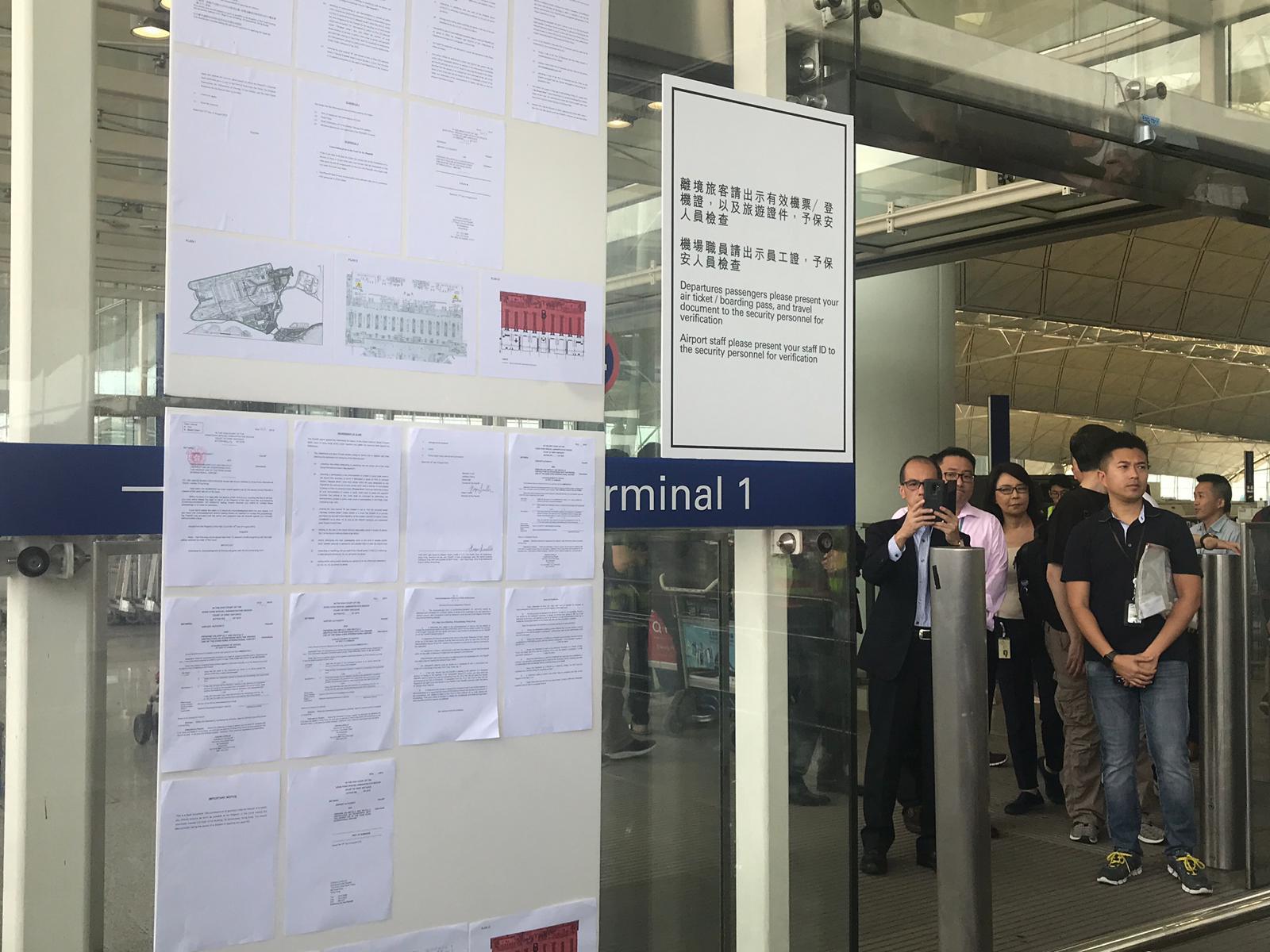 機場一號客運大樓外,已貼出臨時禁制令。