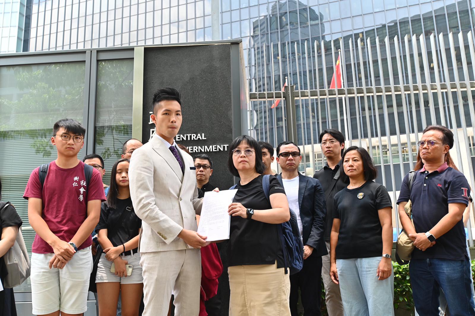 團體向教育局代表遞交請願信。