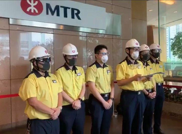有港鐵員工到港鐵總部遞交實名聯署信。「MTR Secrets」 FB圖片