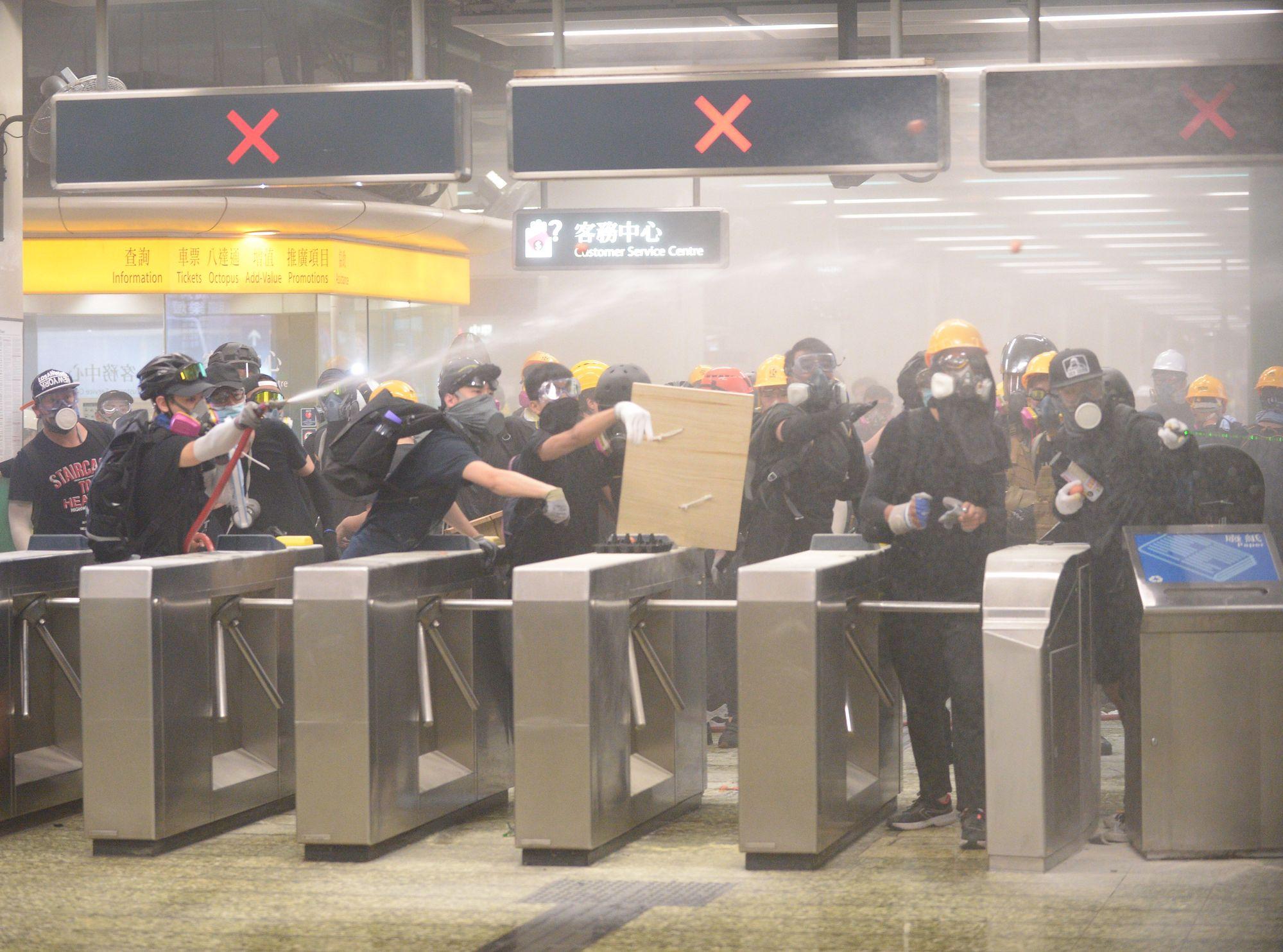 葵芳站上周日有示威者與警察爆發激烈衝突。資料圖片