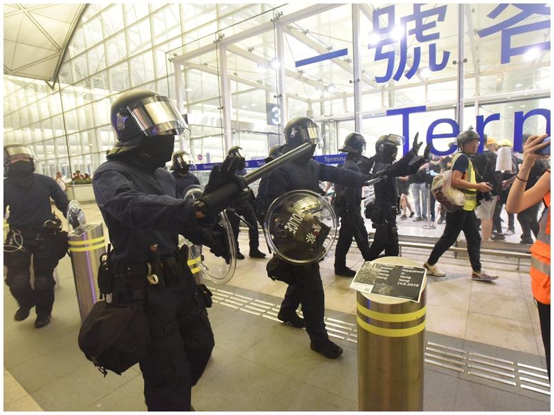警方指該批警員屬於機場特警,當時未趕及換上可供識別的制服。資料圖片