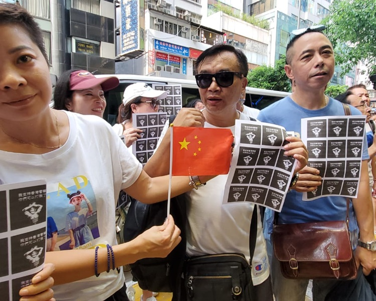 約150人前往記者協會總部抗議。