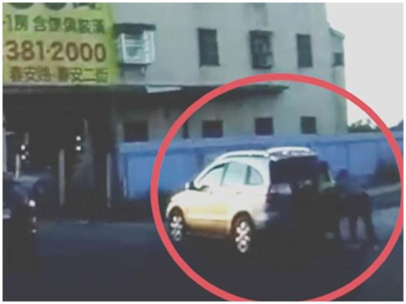 女司機與女警合力推車。網圖