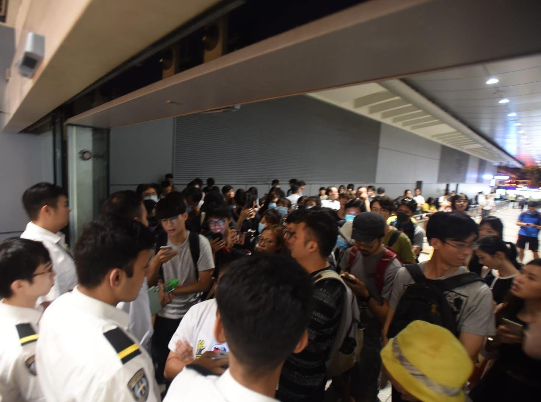 市民在巴士站通道與保安人員理論。