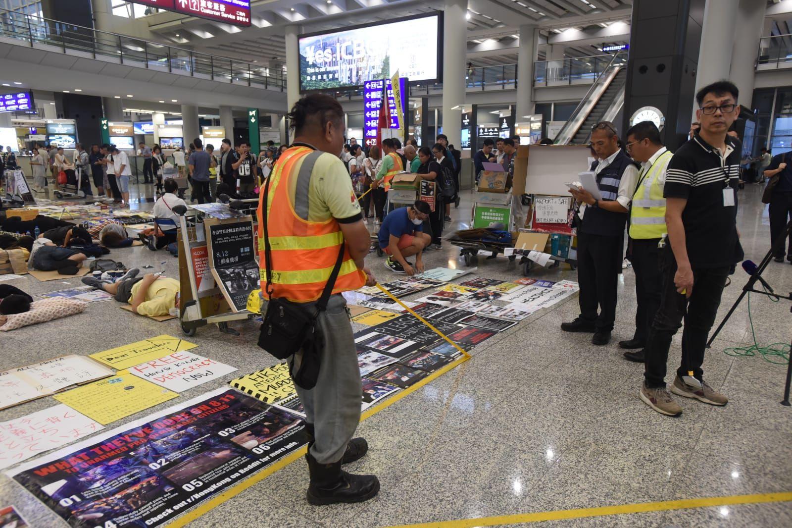 工作人員清理地上黃綫。
