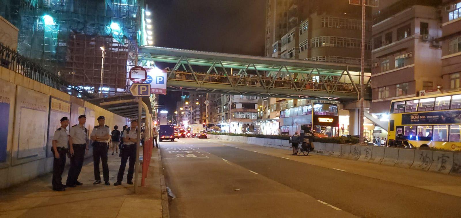【逃犯條例】深水埗警署外「激光燒衣」 警方警告將用催淚煙