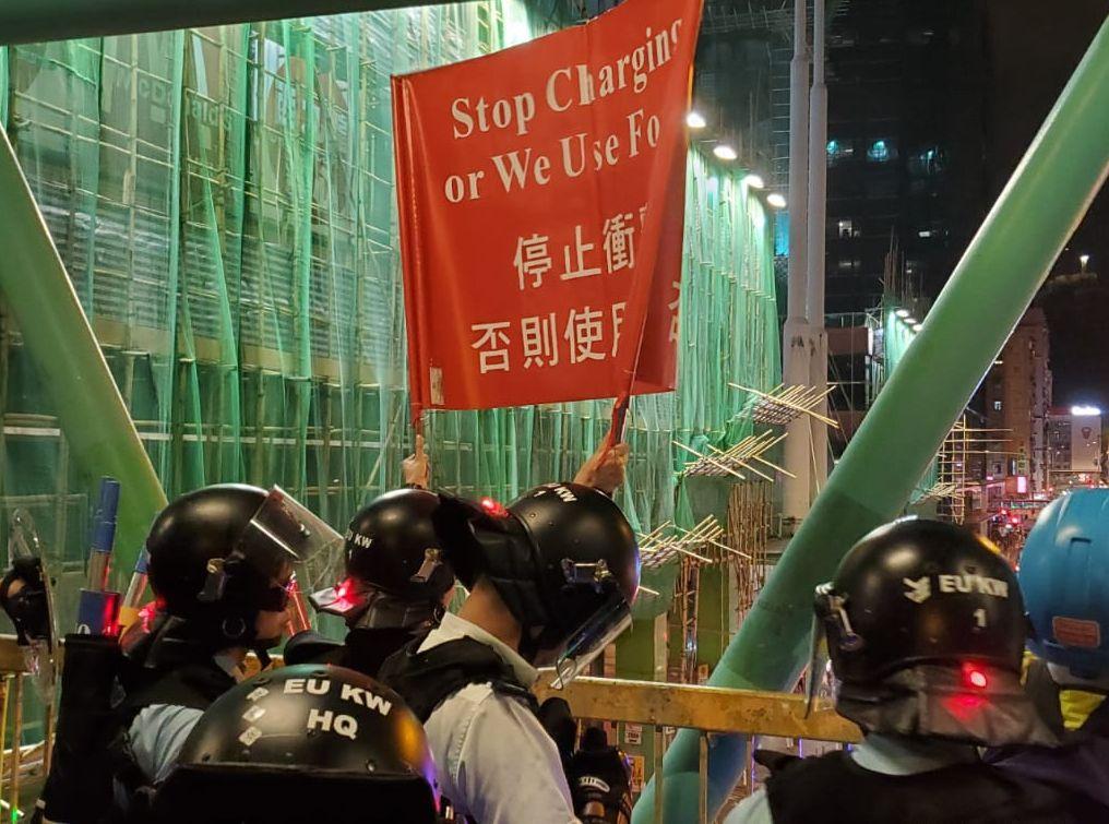 防暴警舉紅旗。