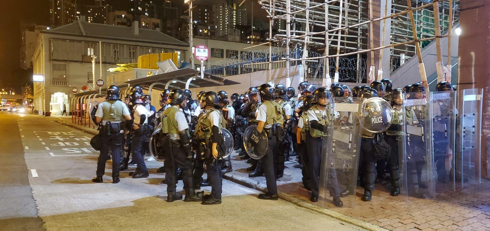 警員在欽州街一字排開。