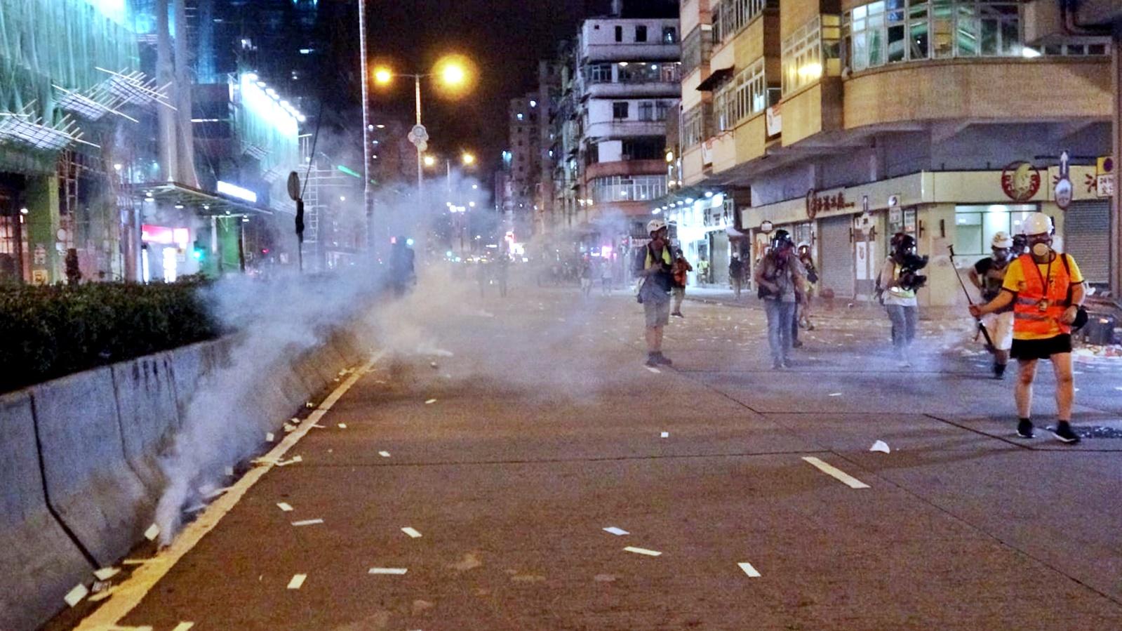 【逃犯條例】深水埗群眾聚集「激光燒衣」 警施放多枚催淚彈
