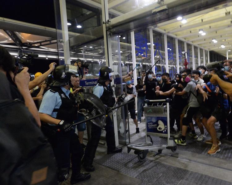 日前機場集會演變衝突警方拘捕多人。