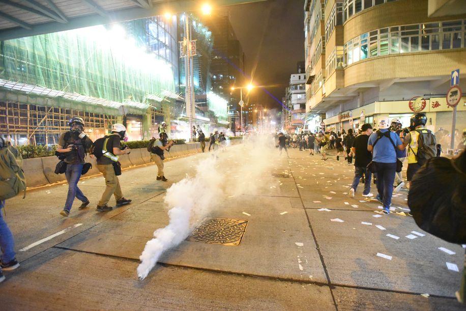 警方施放催淚彈驅散人群。