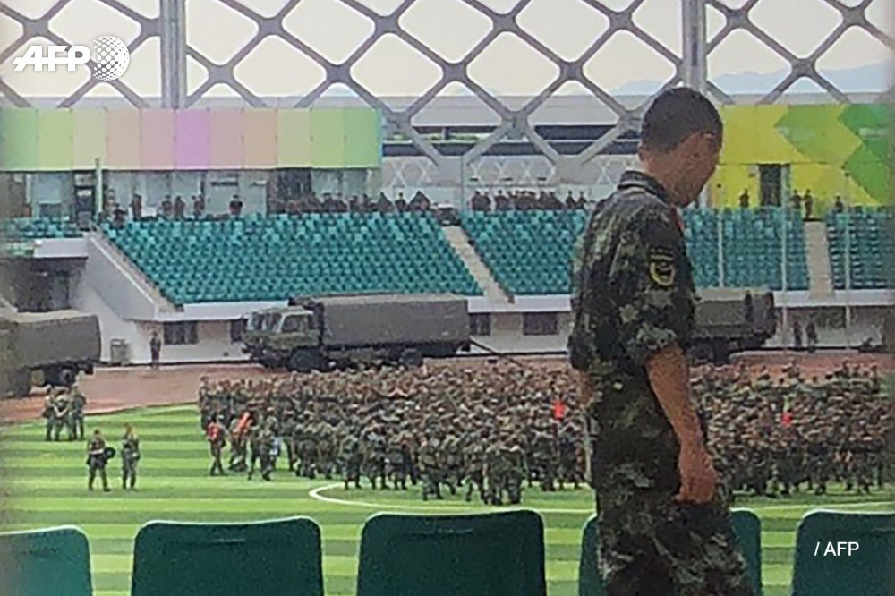 大批武警列隊演練。 網圖
