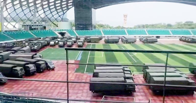 深圳灣體育中心內有大批軍車。 網圖