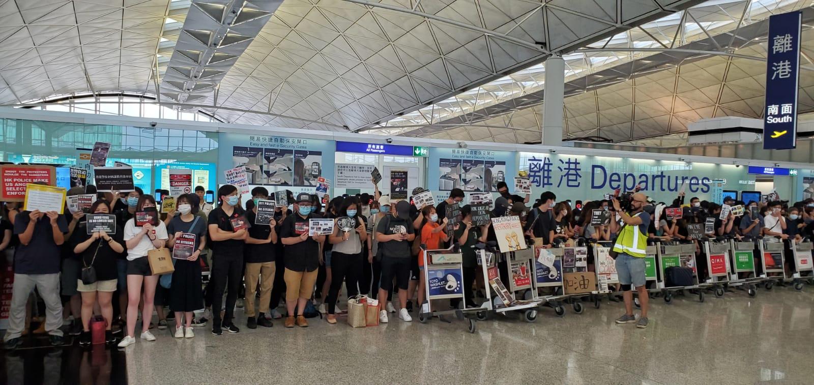機場示威者堵塞離港大堂。資料圖片