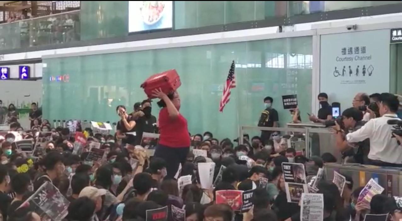 新加坡婦奮抗示威者闖機場離境禁區。資料圖片