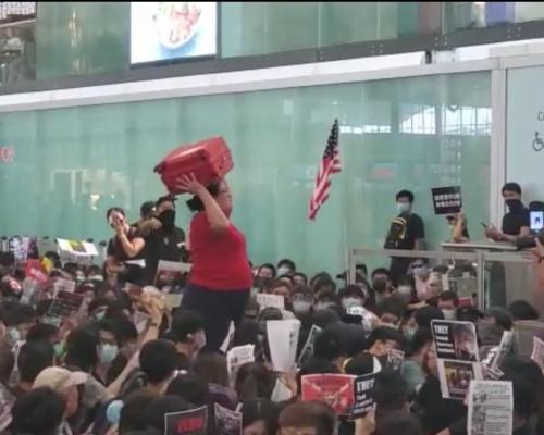 【機場集會】星洲婦奮抗示威者成功闖禁區 受驚大哭一小時「不敢說華語」