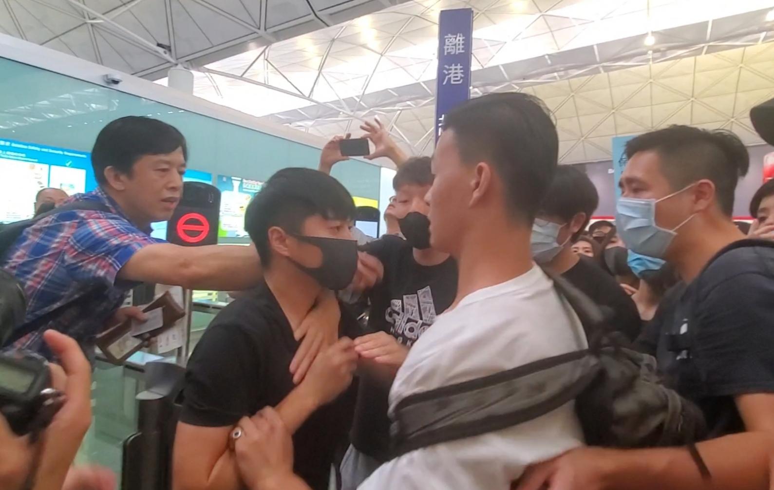 機場運作一度癱瘓令數以萬計旅客滯留。資料圖片