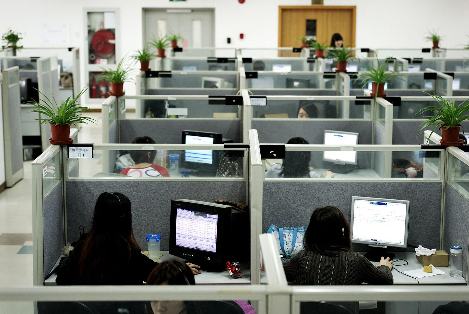 女子委託在同公司上班的親戚代為打卡,兩年來只上了23次班,領了12萬人民幣的薪水。示意圖