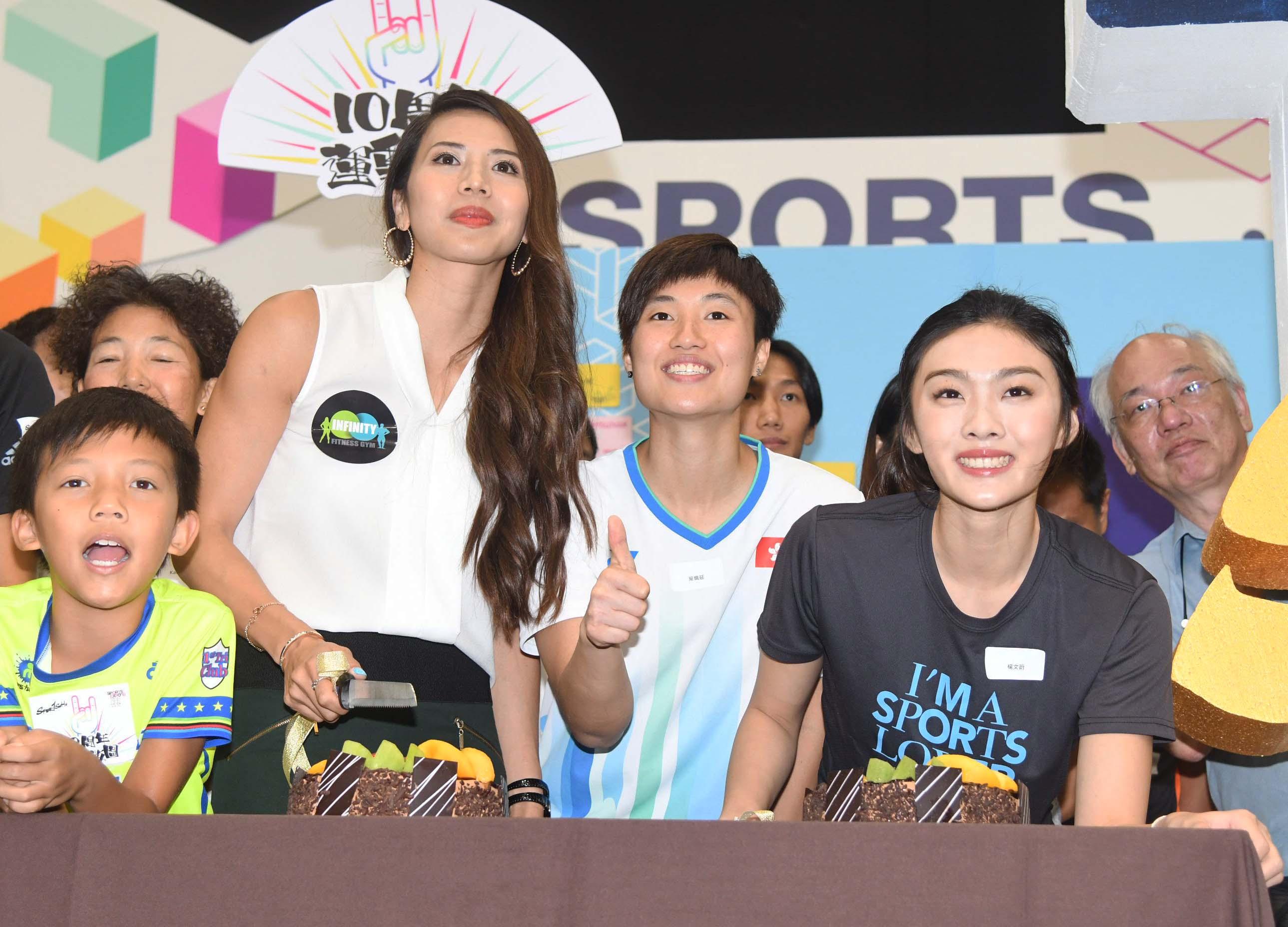 楊文蔚(右一)出席運動博覽開幕禮,她指五月訓練時觸傷右腿阿基里斯腱,望在明年初亞洲室內錦標賽復出。郭晉朗攝