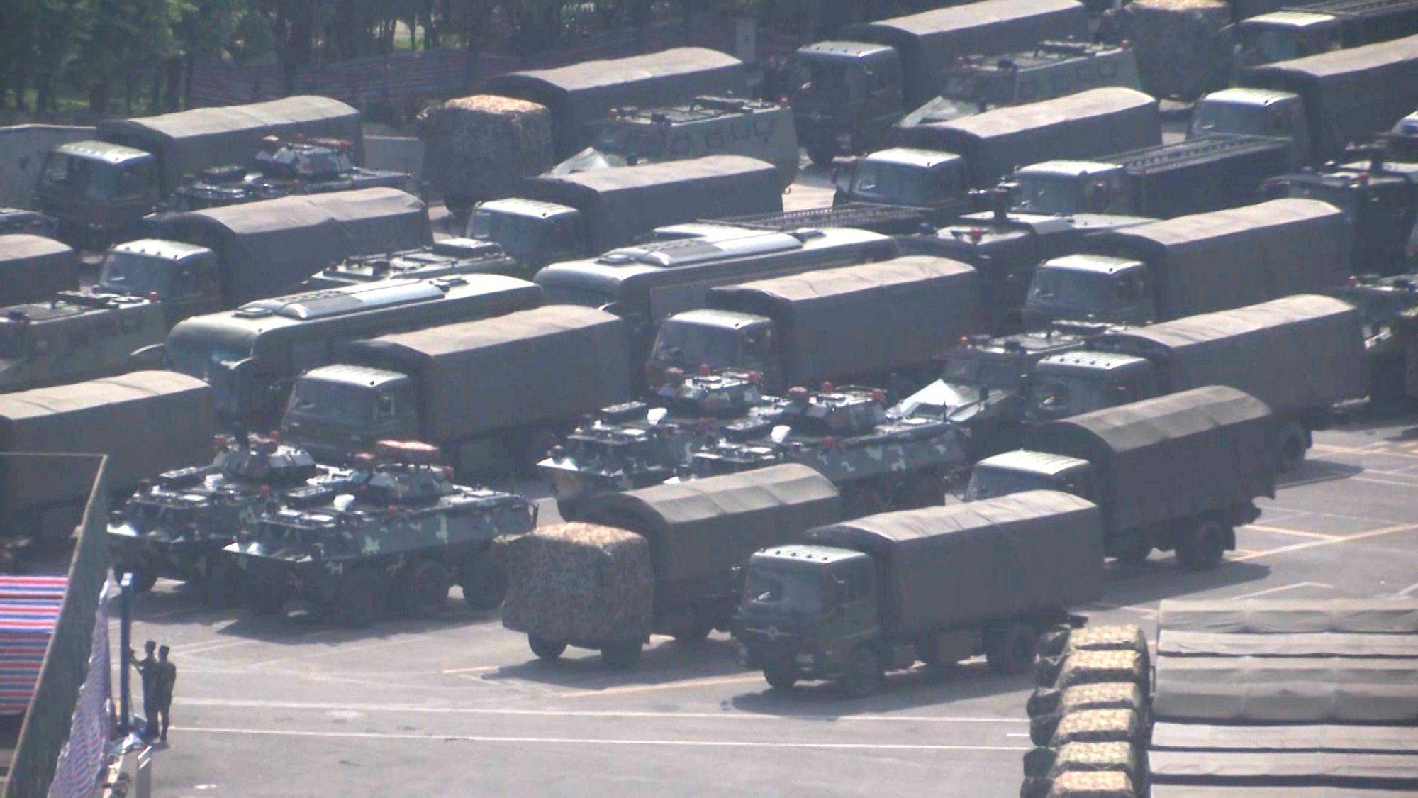 有大批軍車及裝甲車在深圳灣體育中心附近集結。美聯社圖片