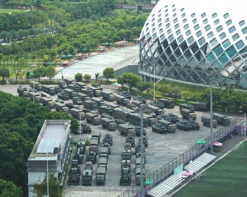 【逃犯條例】報道指至少1萬名武警深圳候命 體育中心集結進行防暴演練