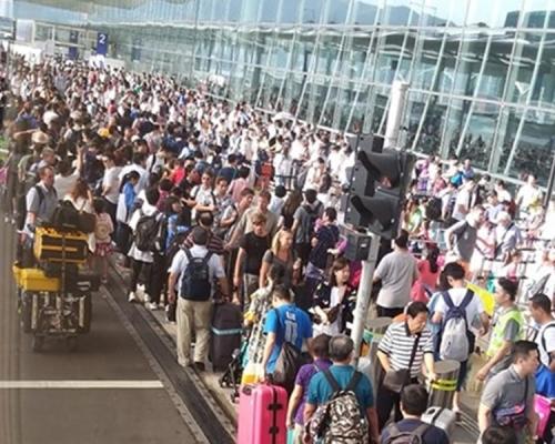 大批旅客早上逼爆機場 機管局籲起飛前最少三小時到機場