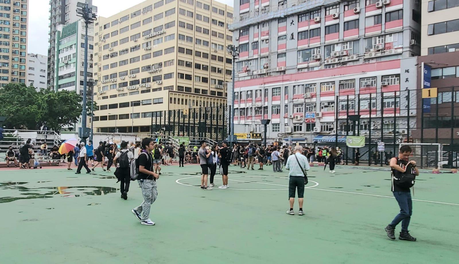下午3時前,一批黑衣人在海心公園聚集。