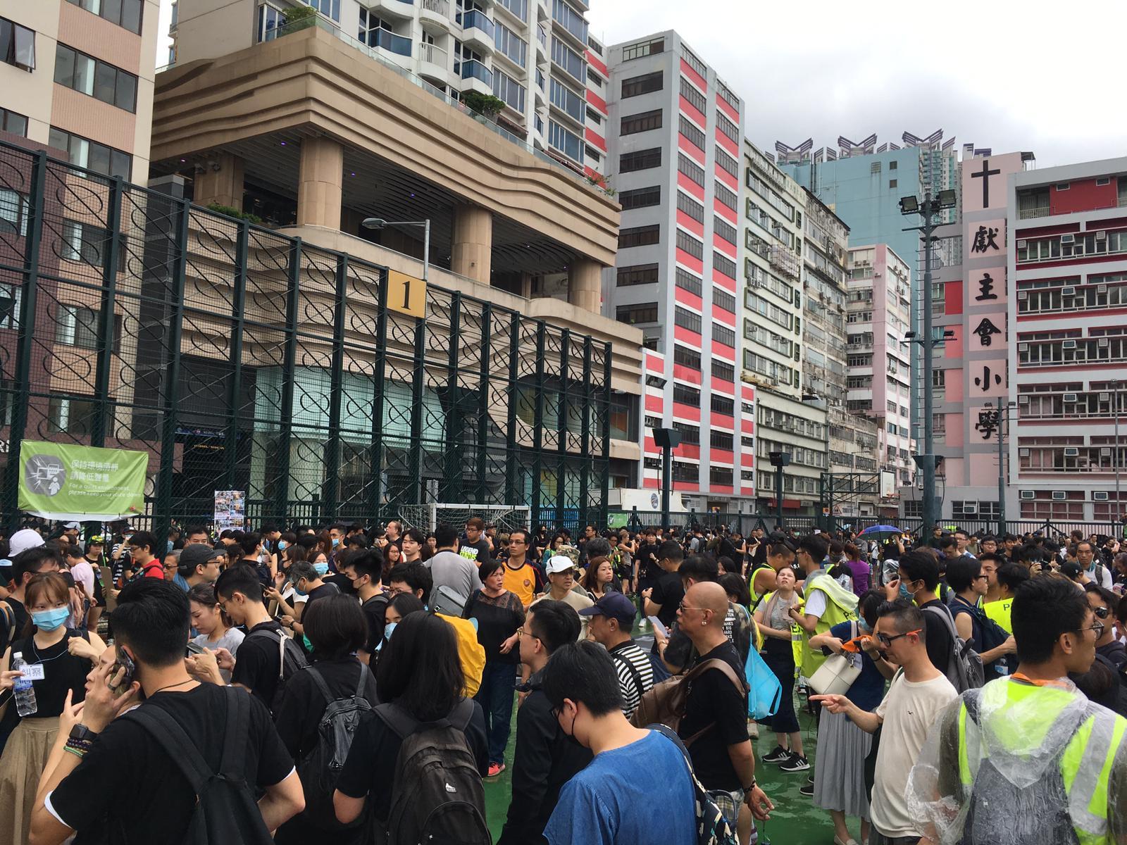 下午3時半前,在海心海心公園聚集的黑衣人增加。