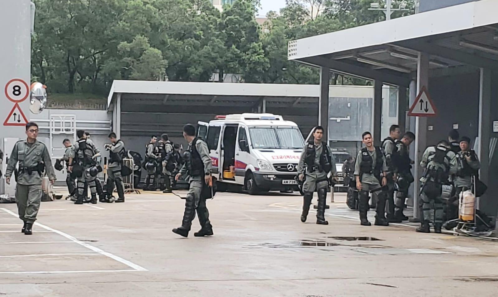 西九龍交通行動基地內有防暴警察戒備。