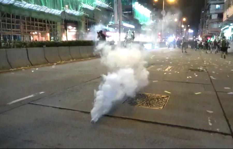 深水埗示威者與市民與警方爆發衝突,警方施放35枚催淚彈。資料圖片
