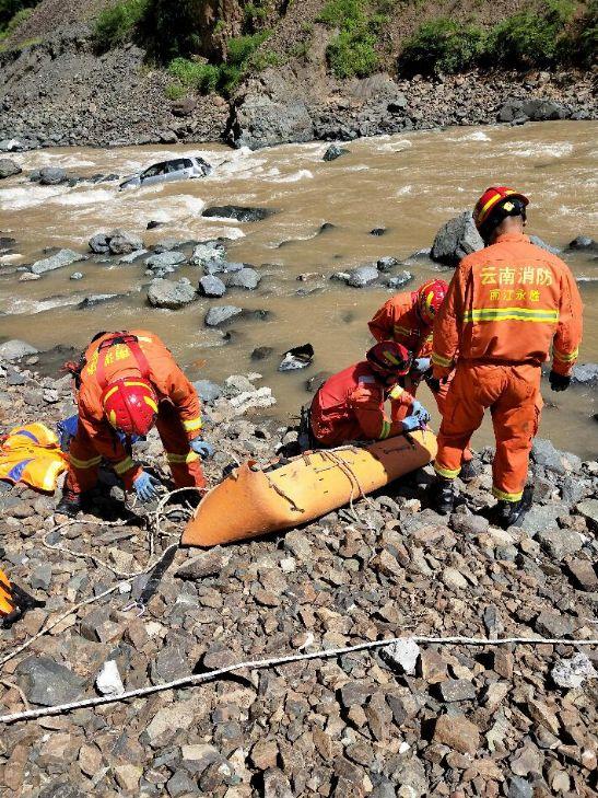私家車翻下山崖墮河造成3人死亡。網圖