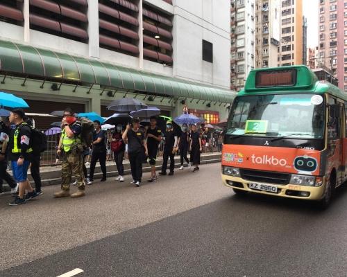 【逃犯條例】示威者抵終點後走出土瓜灣多段馬路 警員一度遭包圍