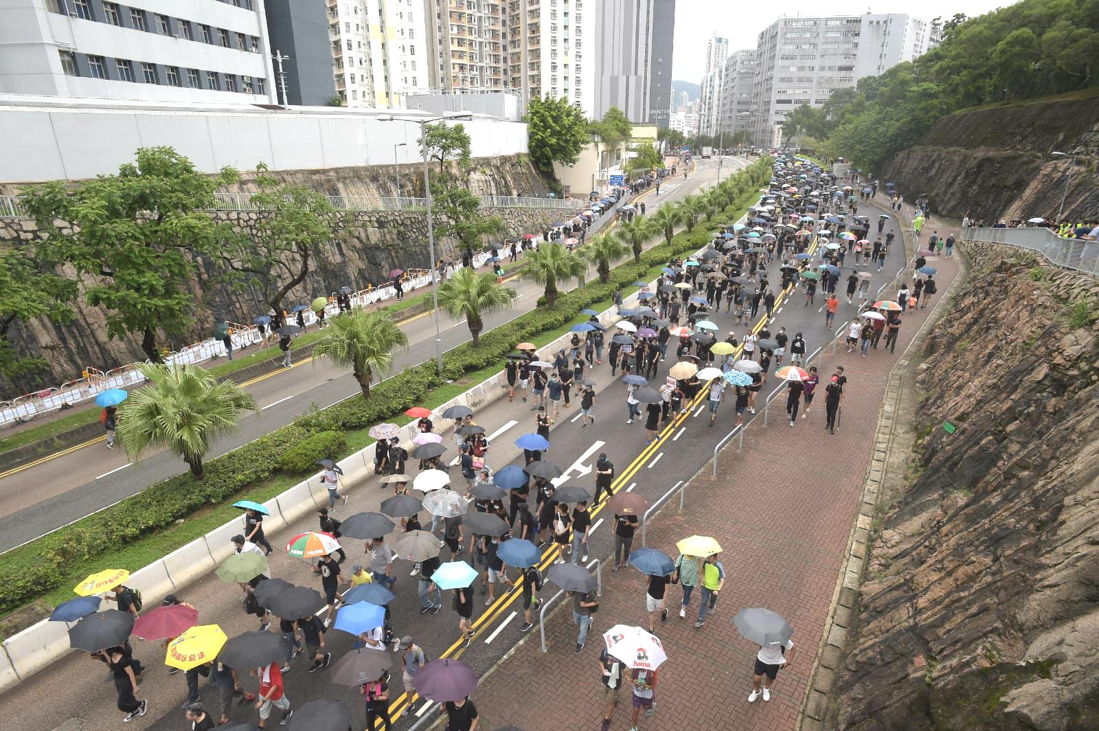 大批示威者走出馬路。