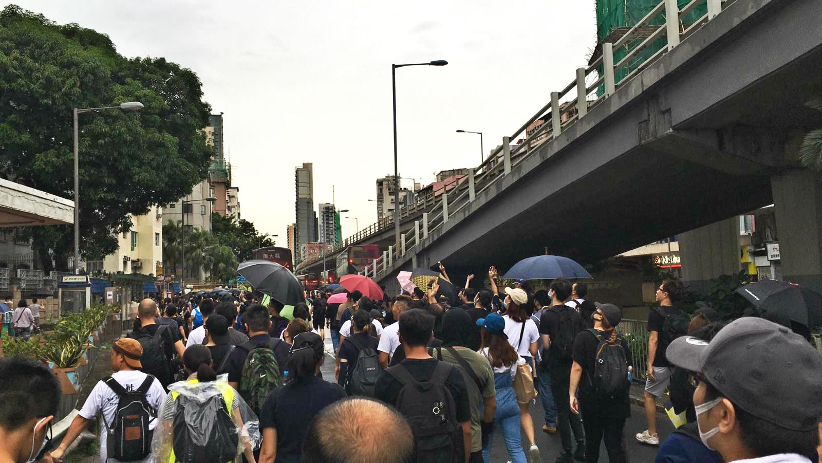九龍城一批示威者,目前正沿在太子道東往旺角方向前進。