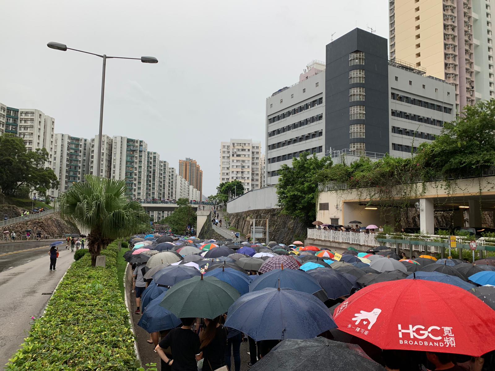 大批示威者走出馬路