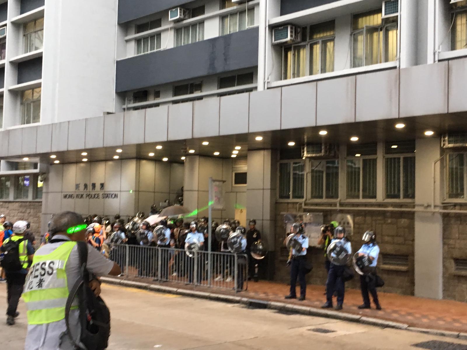 示威者抵達旺角警署外 防暴警察戒備