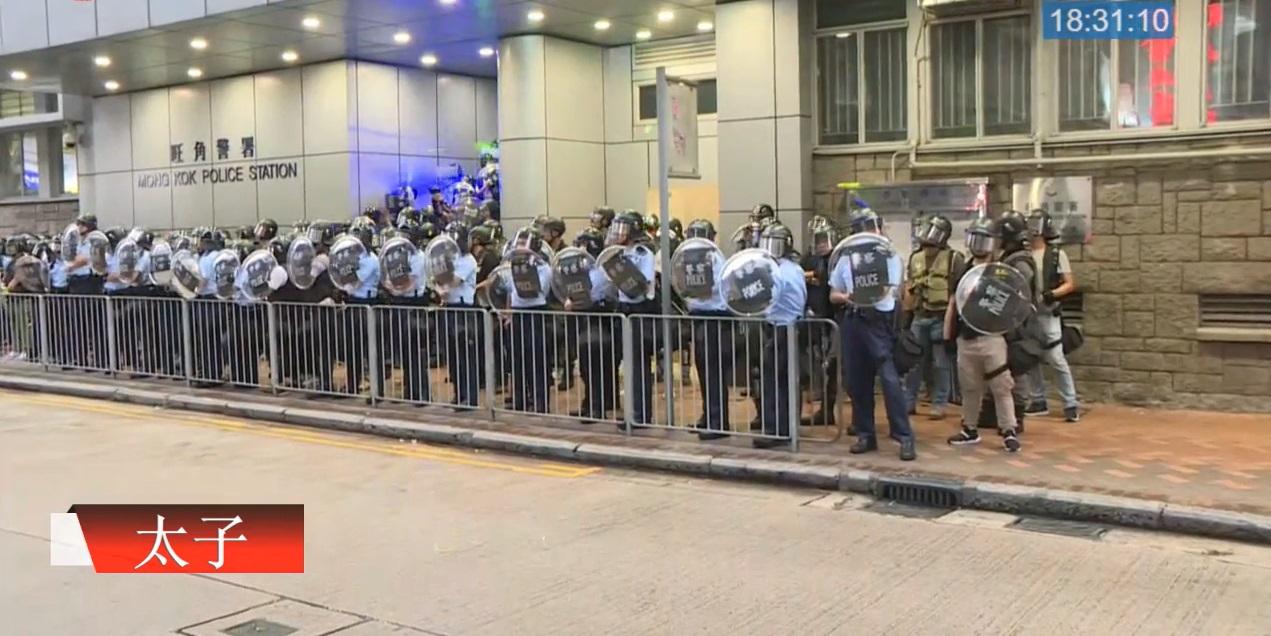 示威者向警員照射鐳射光。有綫新聞截圖