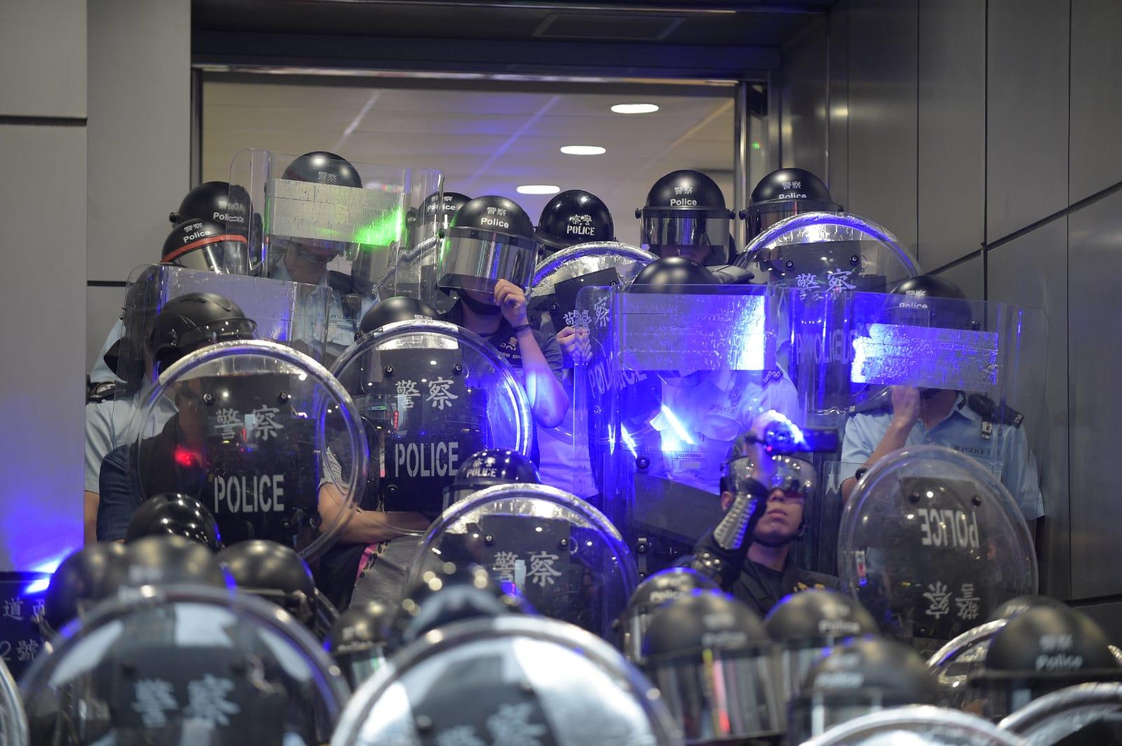 示威者向警員照射鐳射光。
