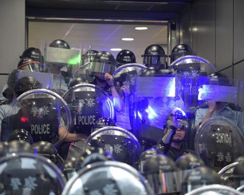 【逃犯條例】鐳射光照射警員 警方促旺角警署外違法集會示威者散去