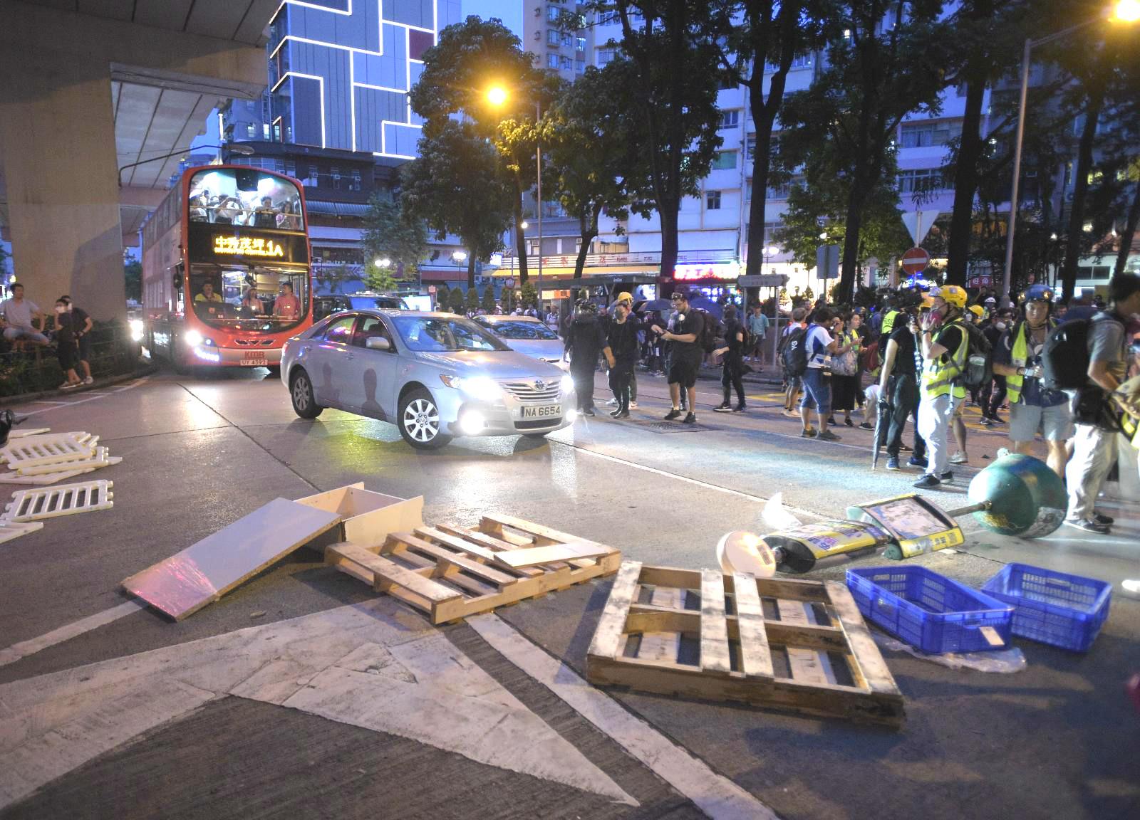示威者設置路障堵塞交通