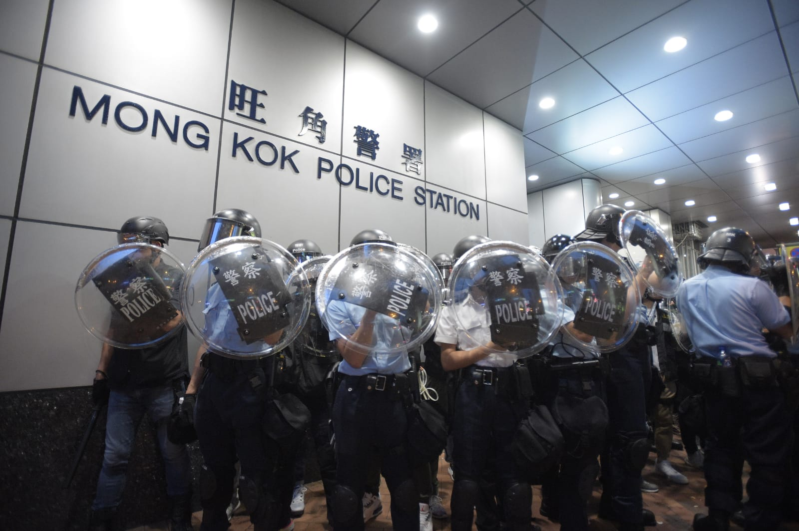 【逃犯條例】警方彌敦道清場後離開 部分示威者經旺角站油麻地站離開