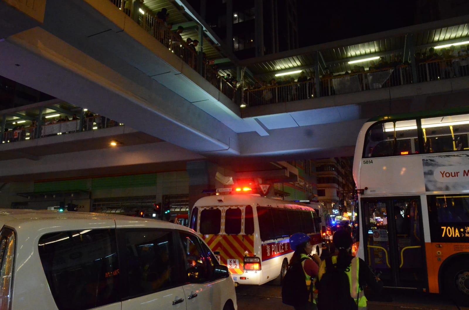 【逃犯條例】示威者向警車投擲垃圾桶 警員向天橋發射1枚布袋彈