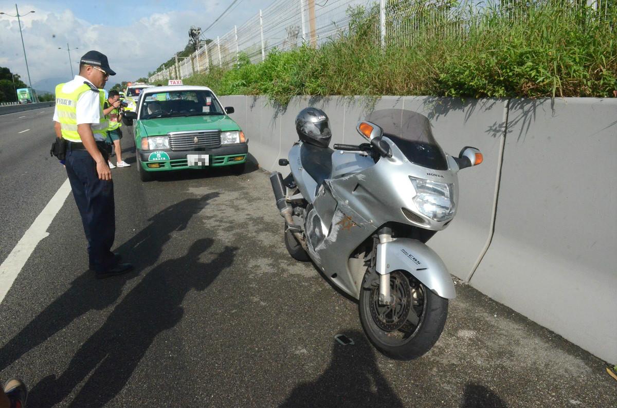 北大嶼山公路外籍鐵騎士翻車捲的士車底不治。