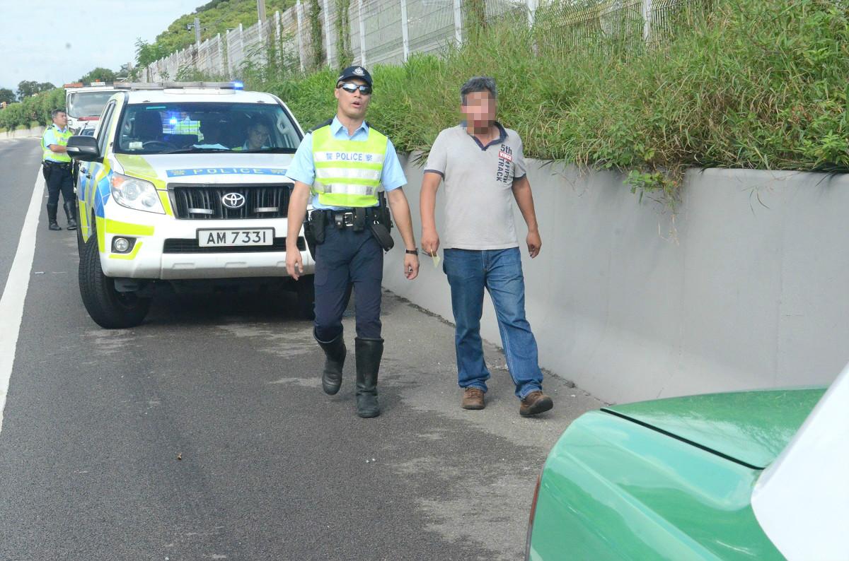的士司機被帶走調查。