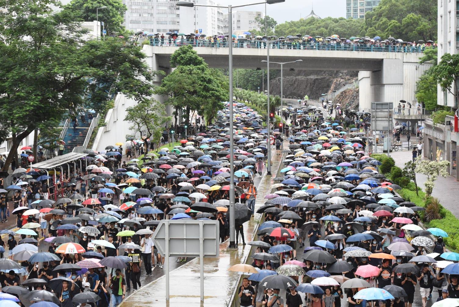 大批遊行人士走出馬路。