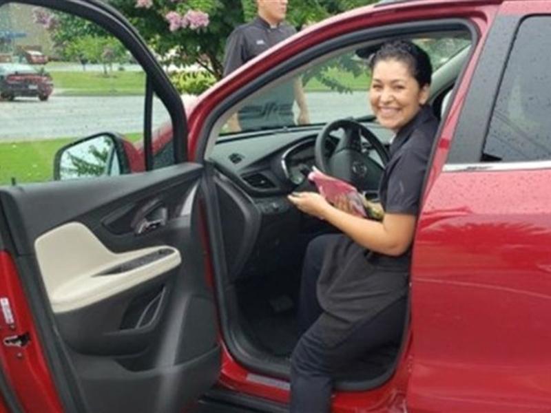 阿肯色州一名女服務員意外獲兩名常客贈與一輛汽車當作小費。網圖
